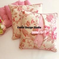 розовые подушки с цветами