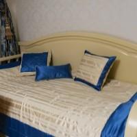 подушки и покрывало