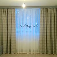 классические шторы в комнате